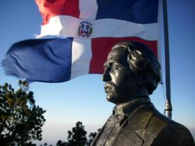 flag dominican and duarte statue