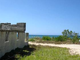 Building lot, old house and the beach